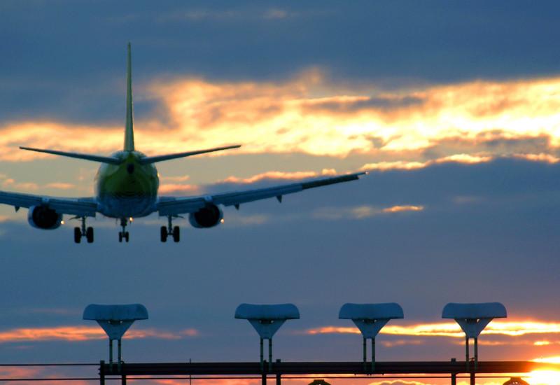 in der Abenddämmerung landendes Passagierflugzeug
