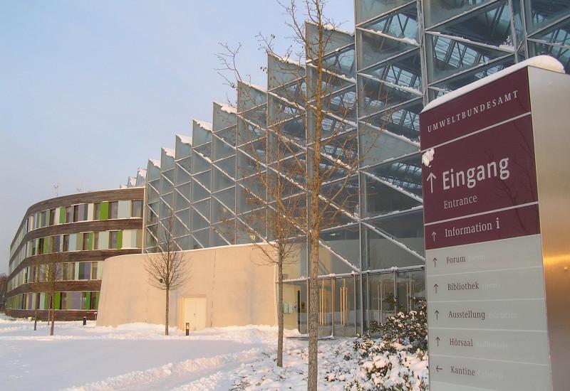 Das moderne UBA-Gebäude mit der Fassade aus Holz und Glas winterlich verschneit