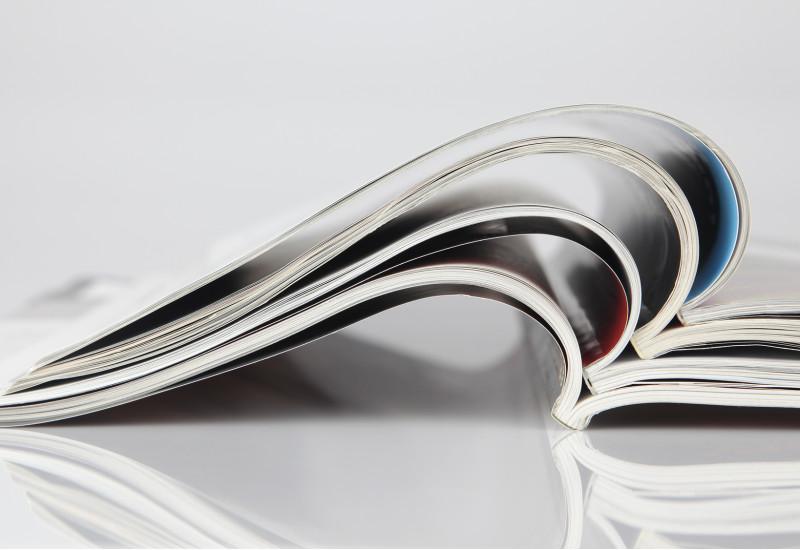 aufgeschlagene Hochglanz-Zeitschriften
