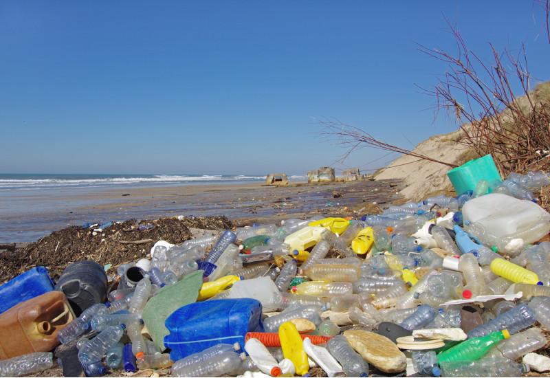 Plastikmüll am Meeresstrand