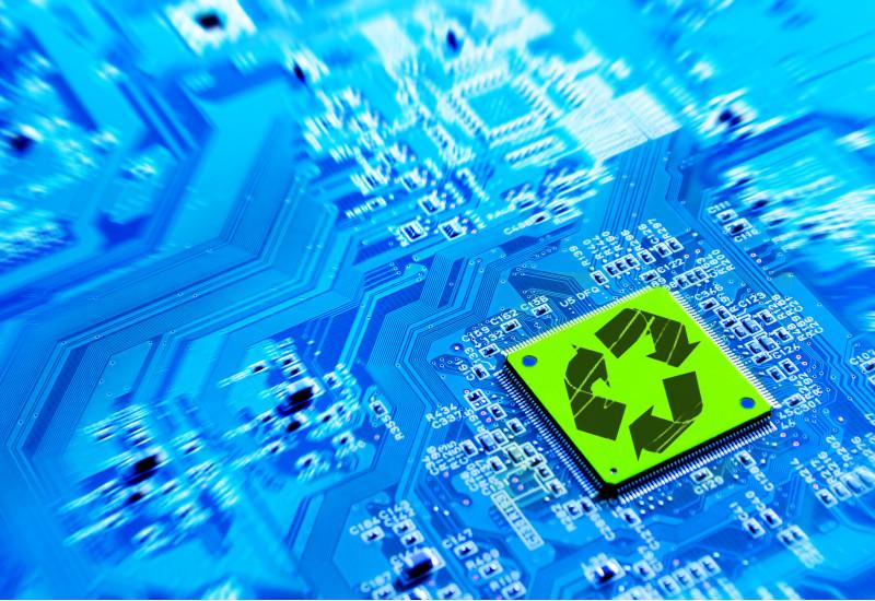 Platine eines Prozessors, darauf ein Recycling-Symbol