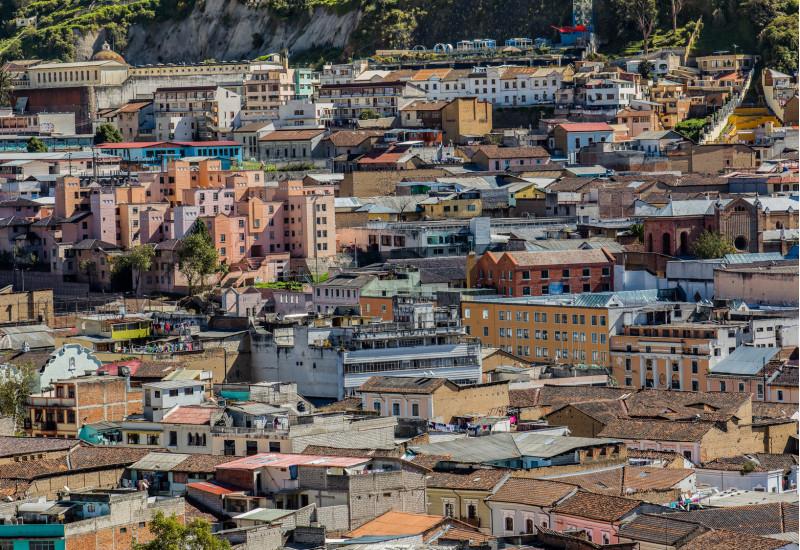 dicht bebaute Stadt am Fuße eines Berges