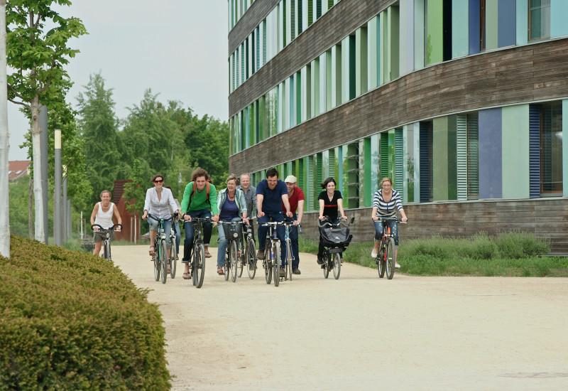fröhliche Fahrradfahrerinnen und Fahrradfahrer vor dem UBA Dessau