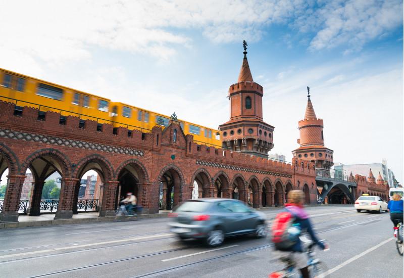 Straße an der Berliner Oberbaumbrücke mit Fahrspuren für Autos und für Fahrräder