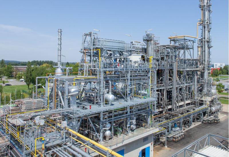 Raffinerieanlage mit vielen Rohren