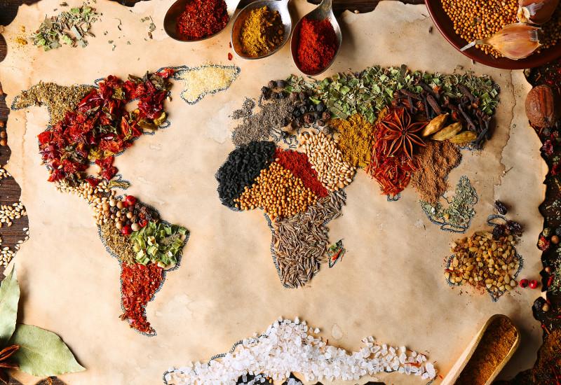 Aus verschiedenen Gewürzen und Mineralien gelegte Weltkarte
