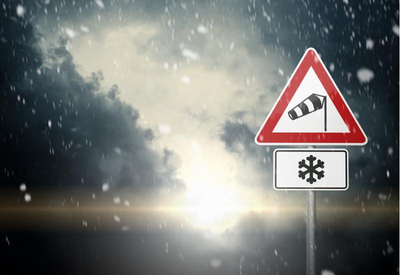 Verkehrsschild warnt vor Schnee- und Sturmgefahr