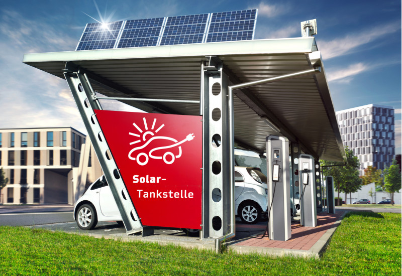 computeranimiertes Bild einer Solartankstelle in der Stadt: auf dem Dach befinden sich Solarmodule, unter dem Dach parken Autos, die Strom tanken