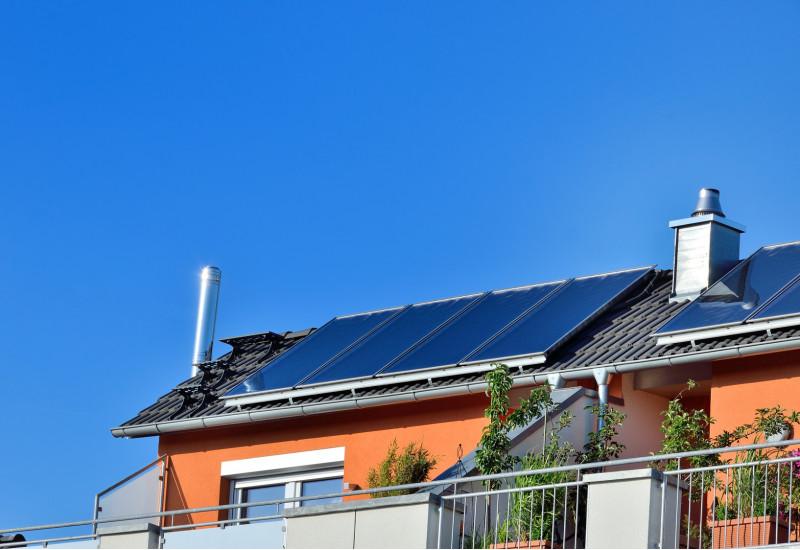 Solarthermieanlage auf einem Dach eines Einfamilienhaus