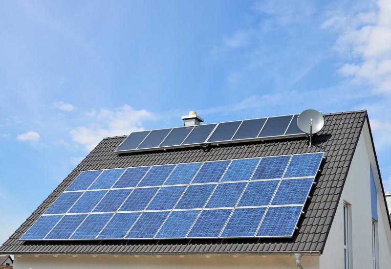 Einfamilienhaus mit Solarpanels auf dem Dach