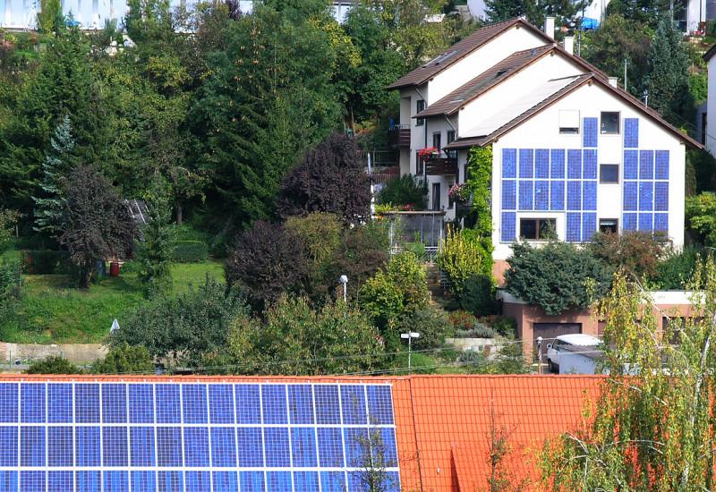 Siedlung mit Solarzellen auf Dächern und an Fassaden