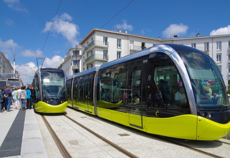 moderne Straßenbahnen an einer Haltestelle in der Stadt