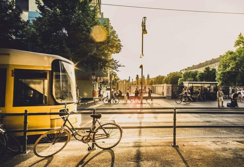 Straßenbahn, Fahrrad und Fußgänger in der Stadt