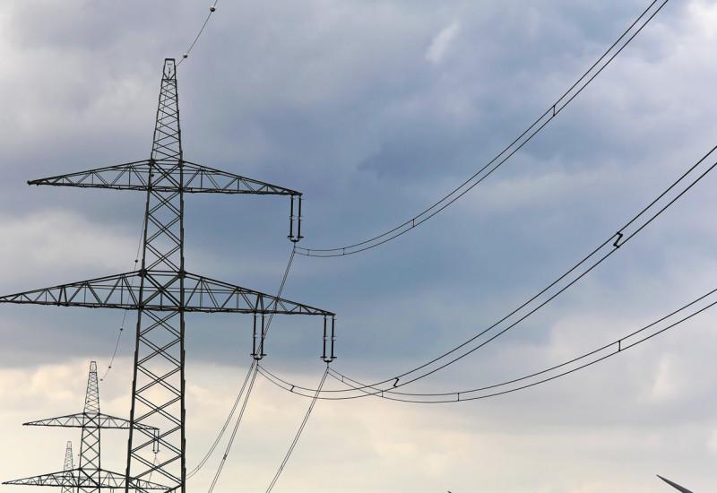 Windpark und zwei Energiefreileitungstrassen