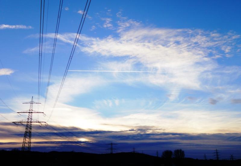 Stromtrasse in der Abenddämmerung