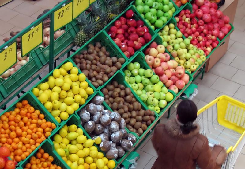 Frau im Supermarkt beim Obstregal
