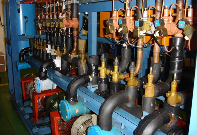 technische Anlage mit vielen Rohren und Ventilen