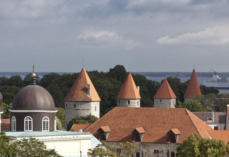 Blick auf die schöne Altstadt von Tallinn mit Türmchen und Bäumen