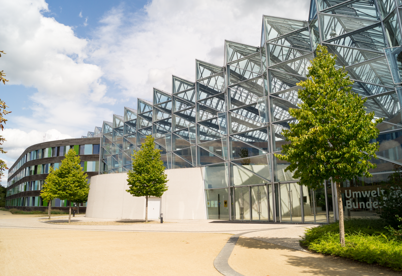 verglaster Gebäudeeingangsbereich mit eingraviertem Logo des Umweltbundesamtes
