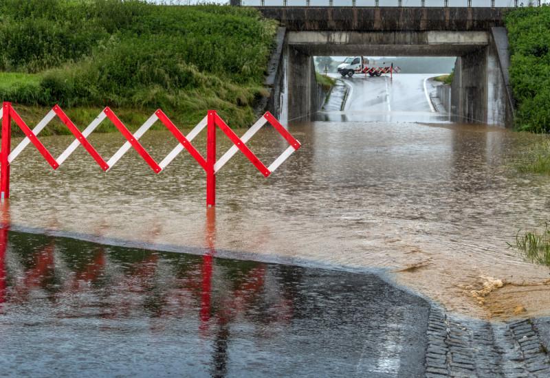 von Regen überflutete Unterführung