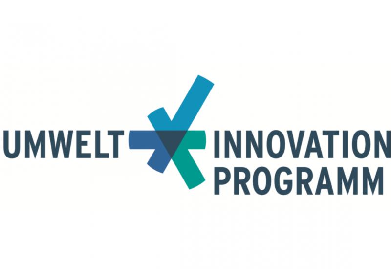 Logo: Umweltinnovationsprogramm mit einem blaugrünen Zeichen, das an ein Zahnrad erinnert, aber auch an einen Haken, der zeigt, das alles in Ordnung ist.