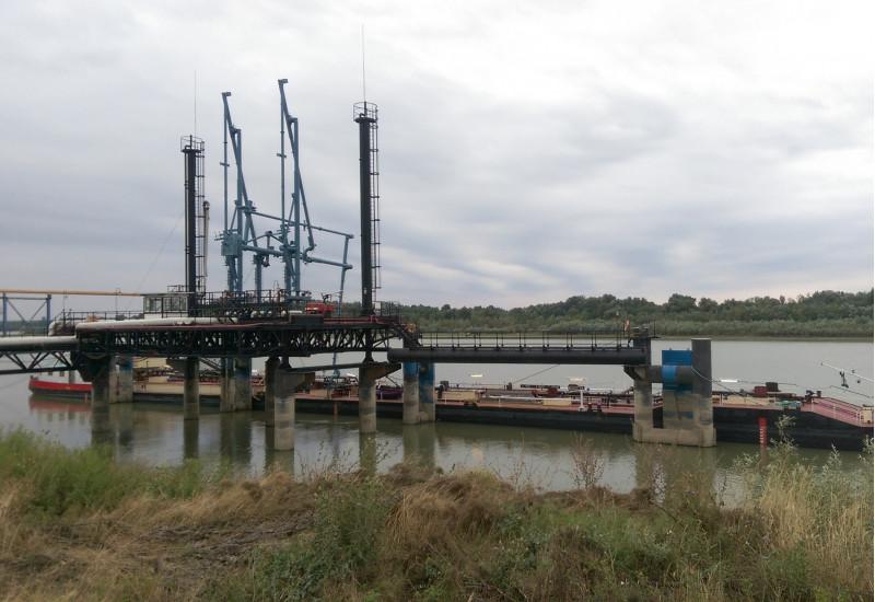 Schiff an einer Öl-Umschlaganlage an einem Fluß