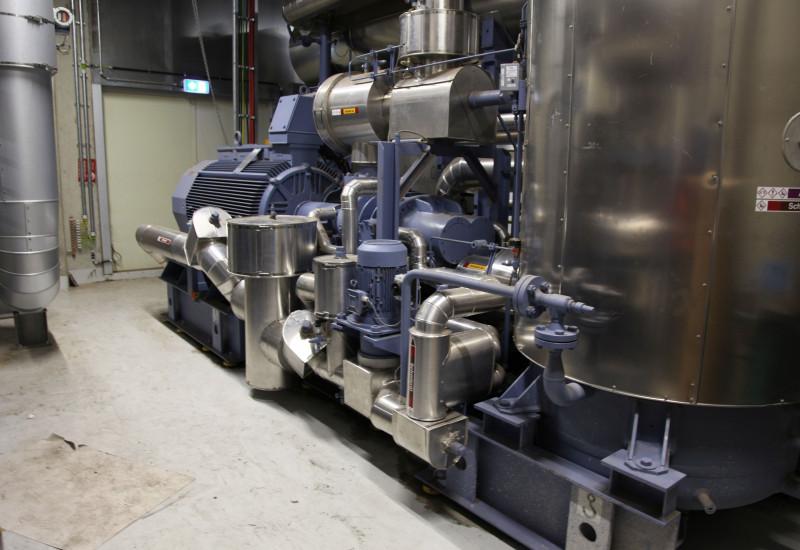 Anlage aus Metall mit einem großen Behälter und zahlreichen Rohren