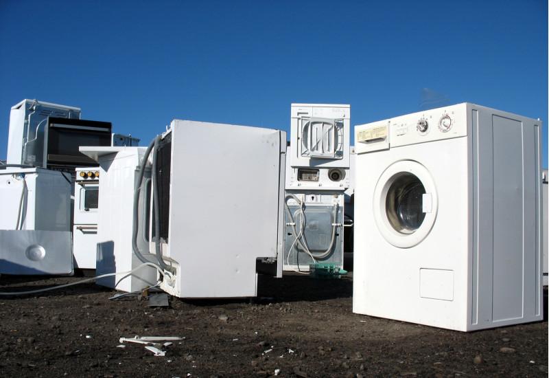Elektrogeräte wie Waschmaschinen und Herd auf einem Recyclinghof