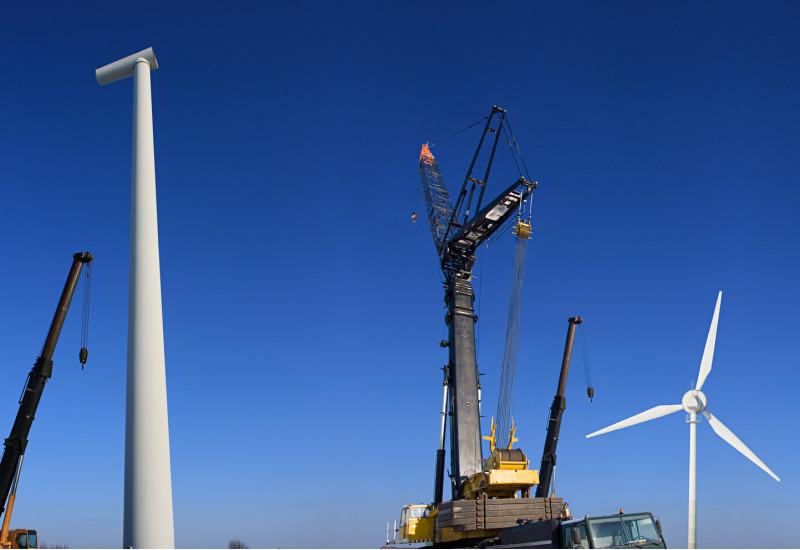 eine Windenergieanlage wird mit einem Kran abgebaut