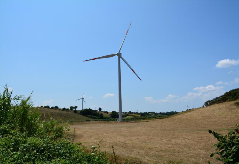 Windkraftanlagen in einer hügeligen Landschaft