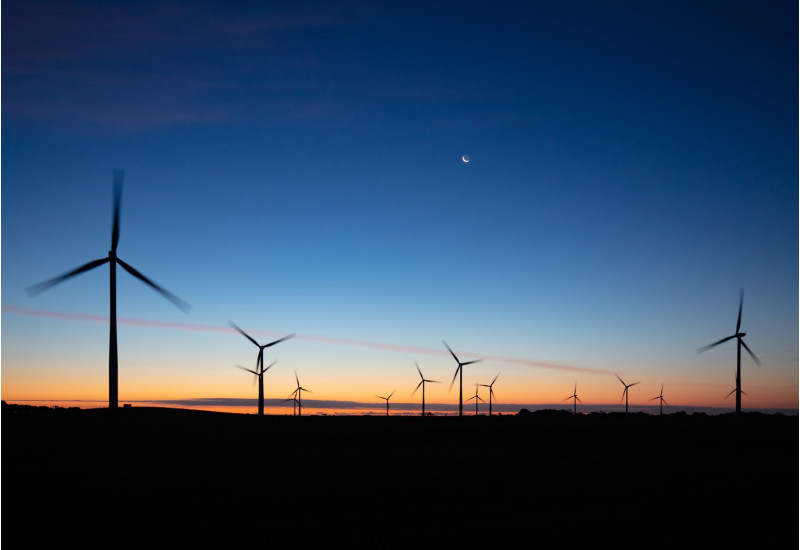 unbeleuchteter Windpark in der Dämmerung