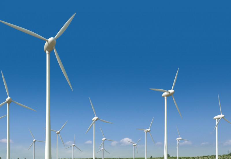 Windpark auf einem blühenden Rapsfeld