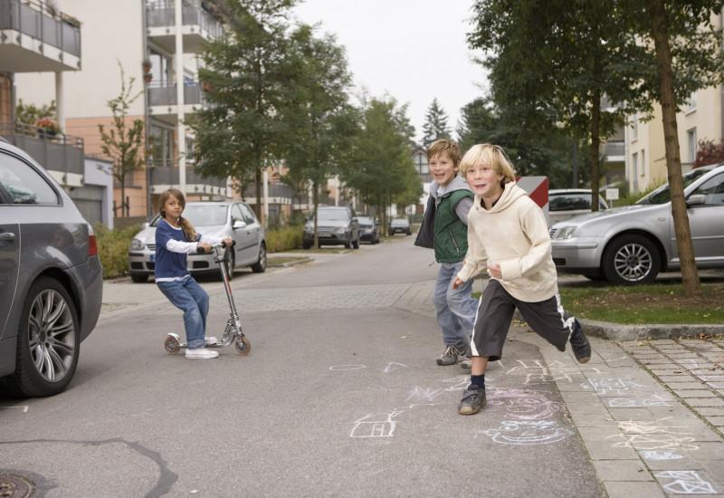 Kinder spielen auf der Straße in einem Wohngebiet