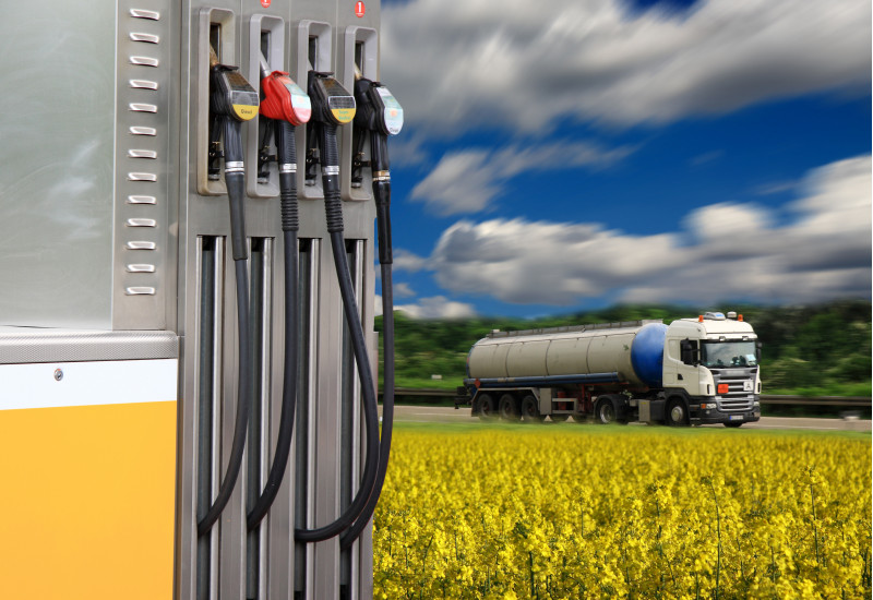 Zapfsäule und Tankwagen