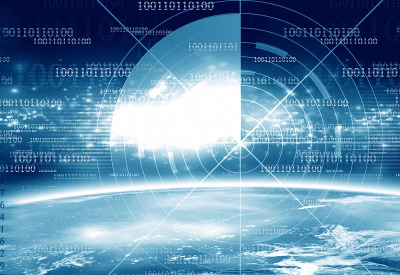 Blick durch ein Zielfernrohr auf den blauen Planeten Erde und Zahlenkolonnen aus Nullen und Einsen