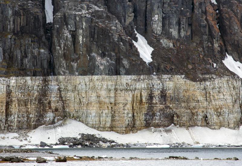 Scharfe Trennlinie zwischen zwei Gesteinsschichten auf Spitzbergen