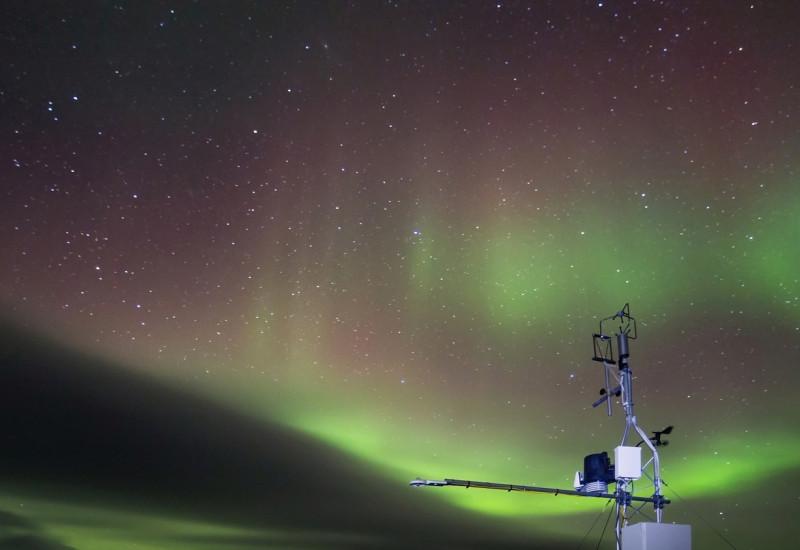 Abgelegene meteorologische Messstation mit Polarlichtern
