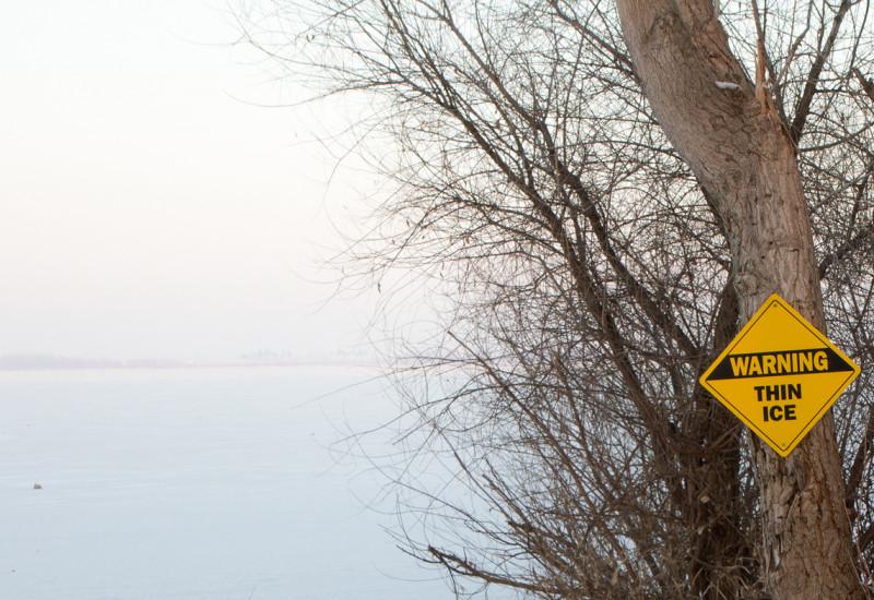 Eisfläche Warnschild an einem Baum