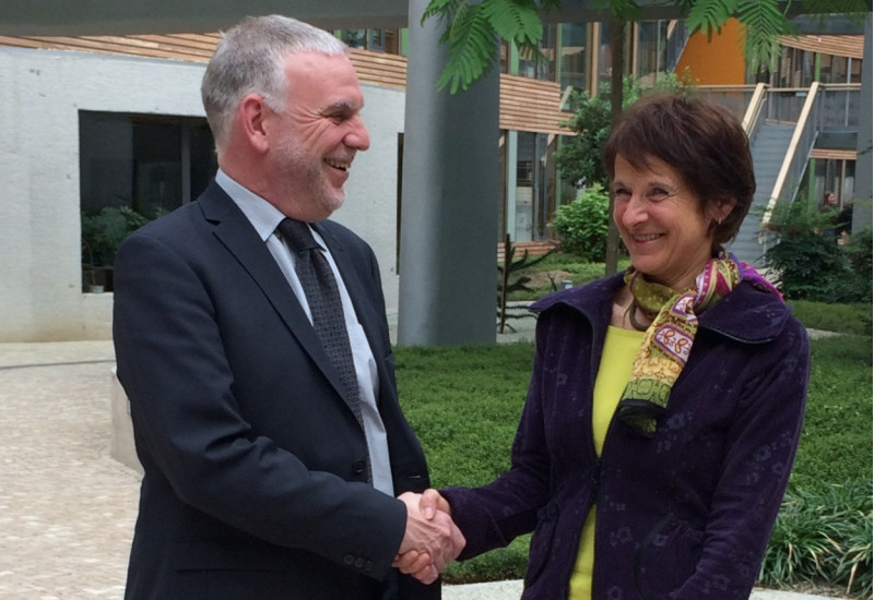 Alt-Präsident Jochen Flasbarth gratuliert der neuen Präsidentin Maria Krautzberger