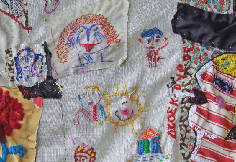 Buntes Patchwork-Tuch mit Stickereien