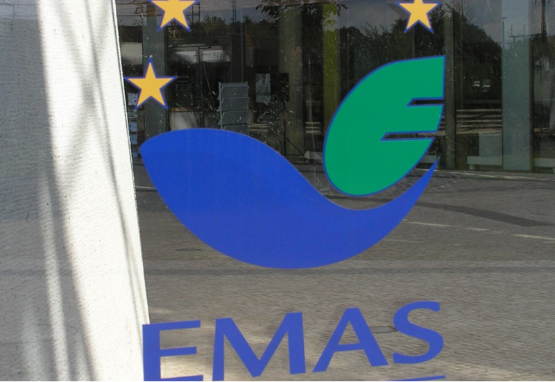EMAS logo on the face of the UBA office building in Dessau-Roßlau