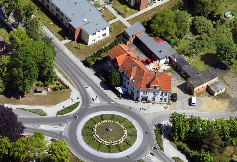 Luftaufnahme eines Kreisverkehrs in einer Kleinstadt