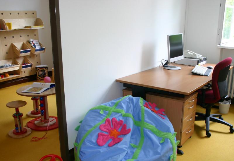 Eltern-Kind-Zimmer in Berlin: Zwei Räume zum Arbeiten und Spielen mit Schreibtisch, Kindermöbeln und Spielzeug