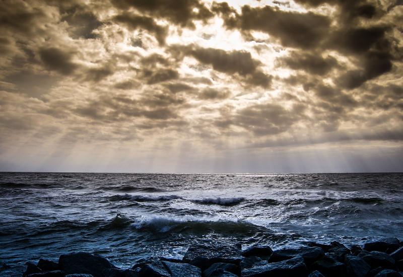 Blick auf die Ostsee, dramatischer Wolkenbildung mit durchscheinenden Sonnenstrahlen