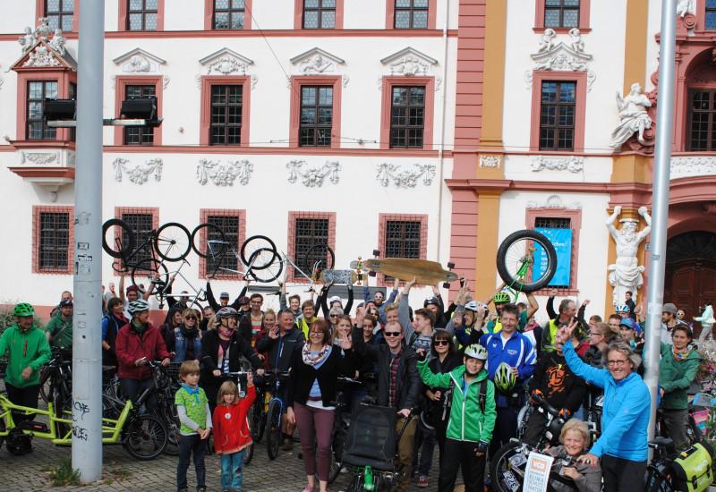 Gruppenbild aller Teilnehmer der Rollparade mit ihren Fortbewegungsmiitteln