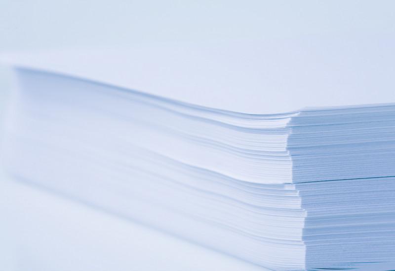 Ein Stapel weißes, unbeschriebenes Kopierpapier vor weißem Hintergrund