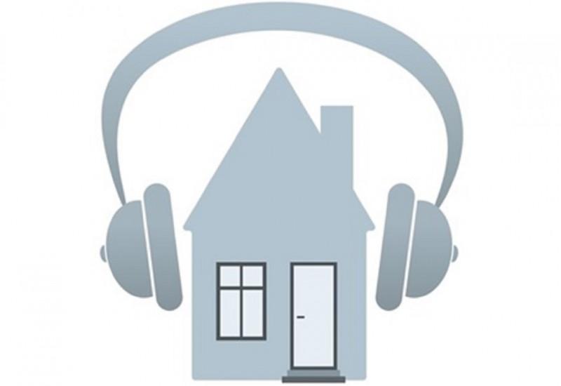 Haus hat Kopfhörer auf