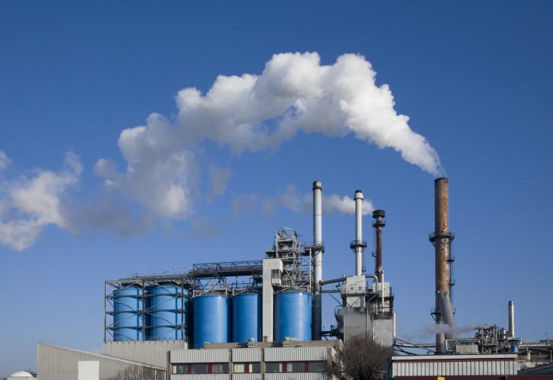 Rauchende Schornsteine einer Industrieanlage