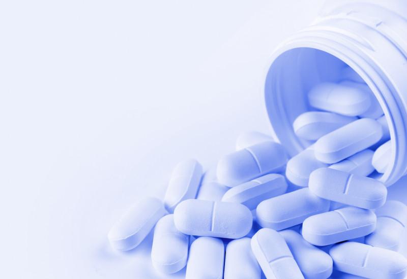 Tabletten werden aus Behältnis geschüttet