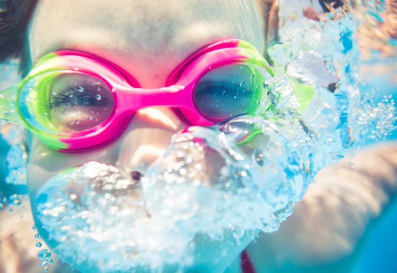 Kind mit Schwimmbrille